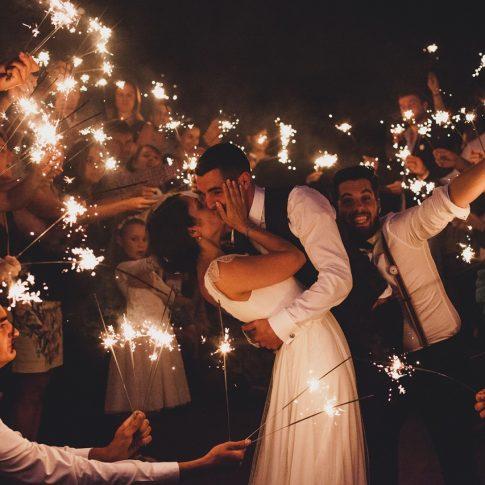Photo mariés et invités étincelles