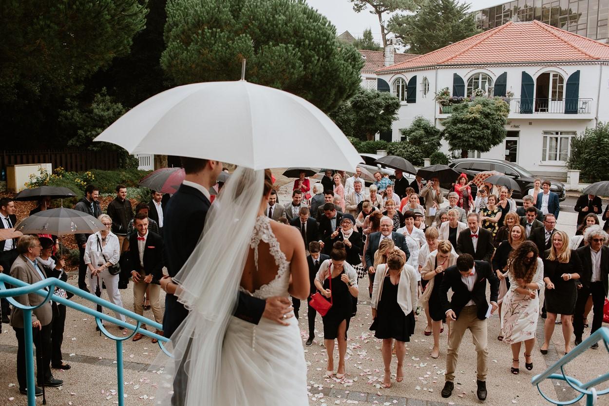 danse des invités mariage devant église la baule