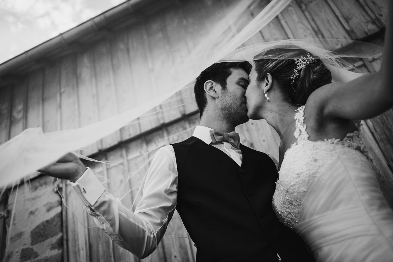 bisou mariés noir et blanc