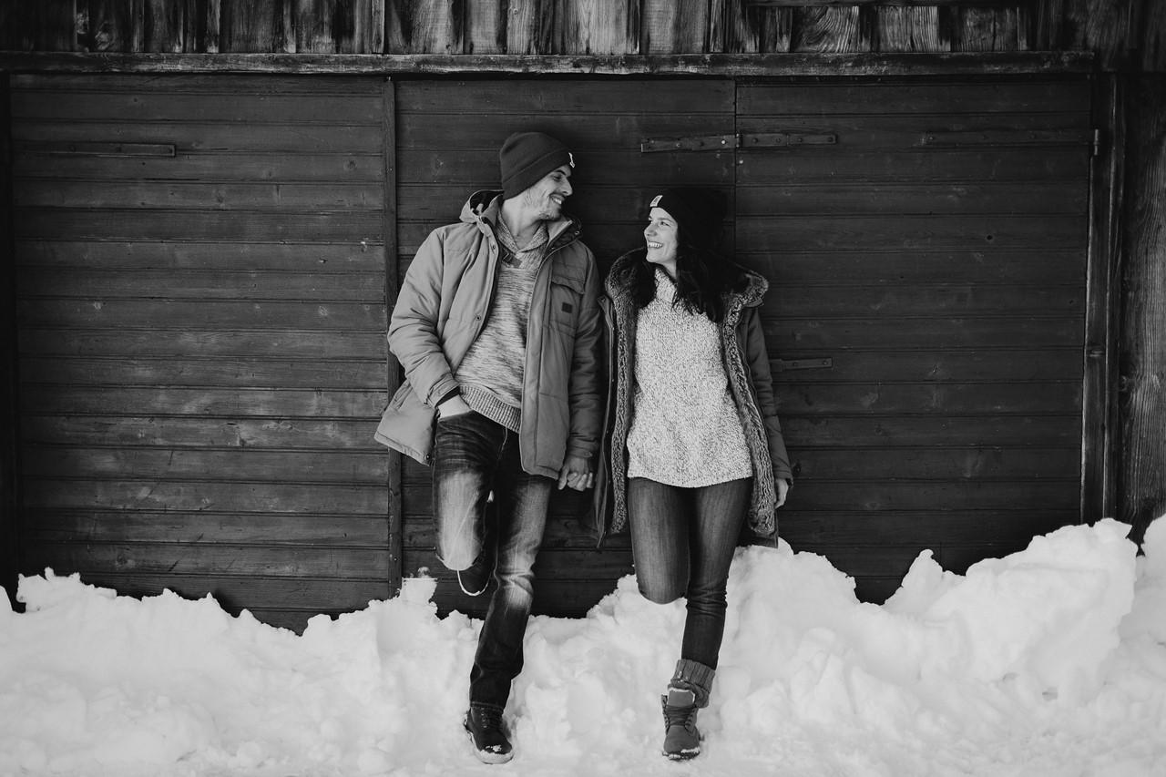 séance couple montagne regards amoureux noir et blanc carhartt