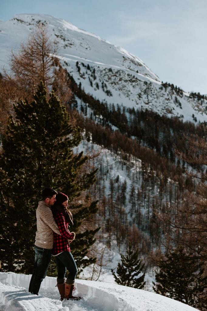 séance couple montagne paysage calin homme femme
