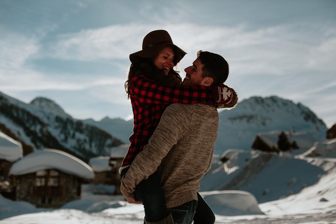 séance couple montagne calin contre jour paysage chalets