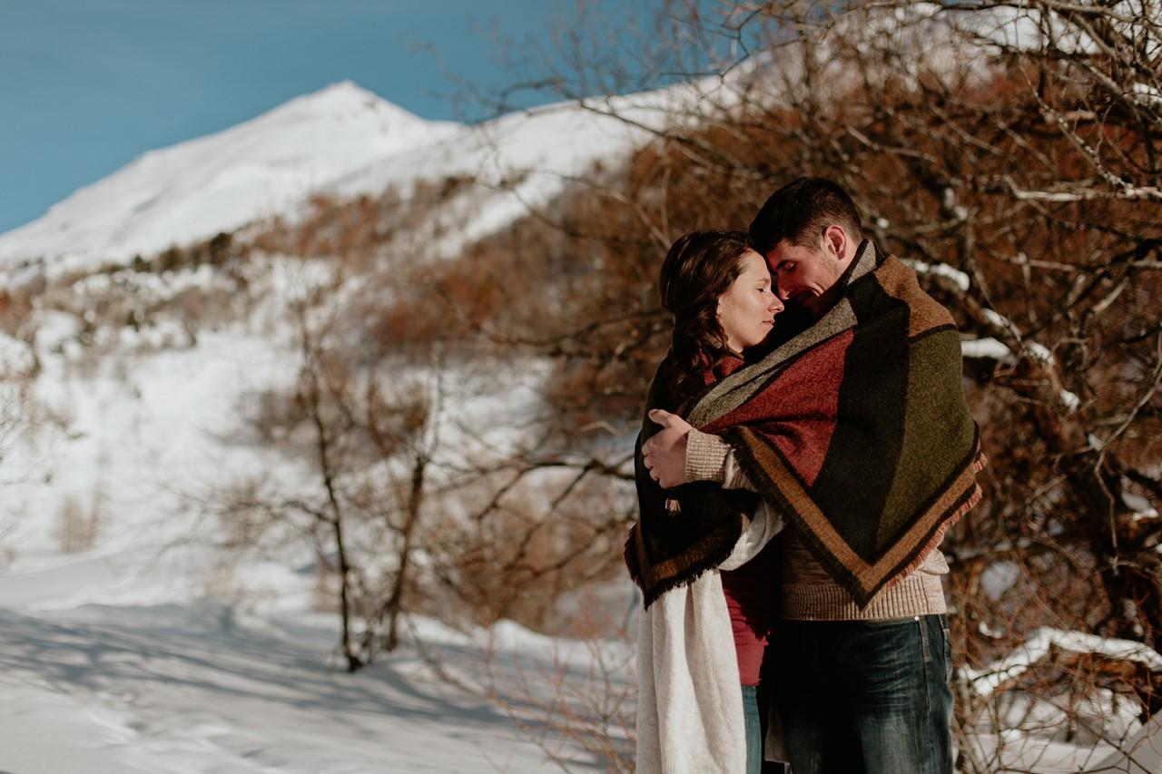 séance couple montagne calin plaide