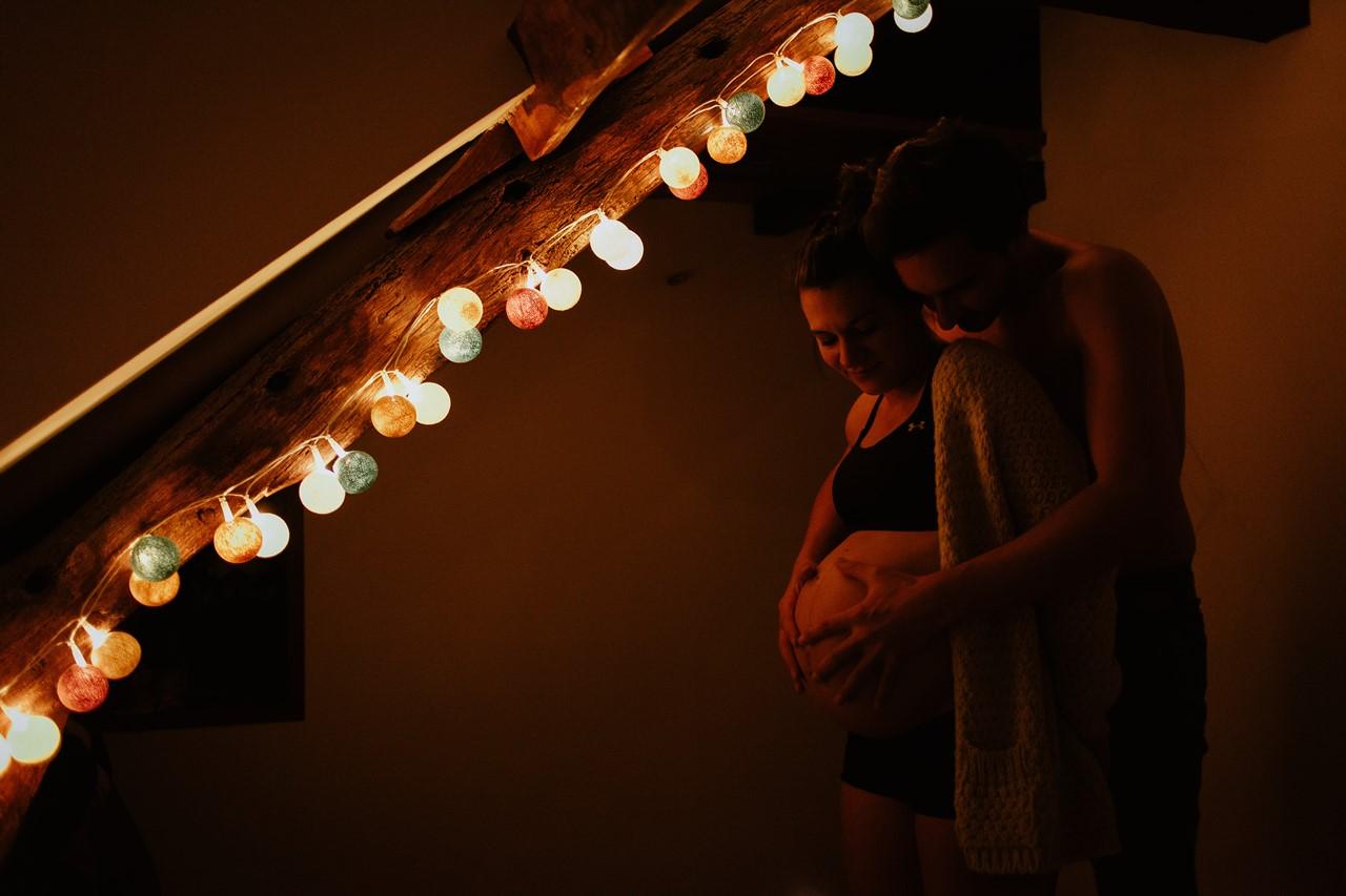 séance maternité intimiste maison chambre lumière