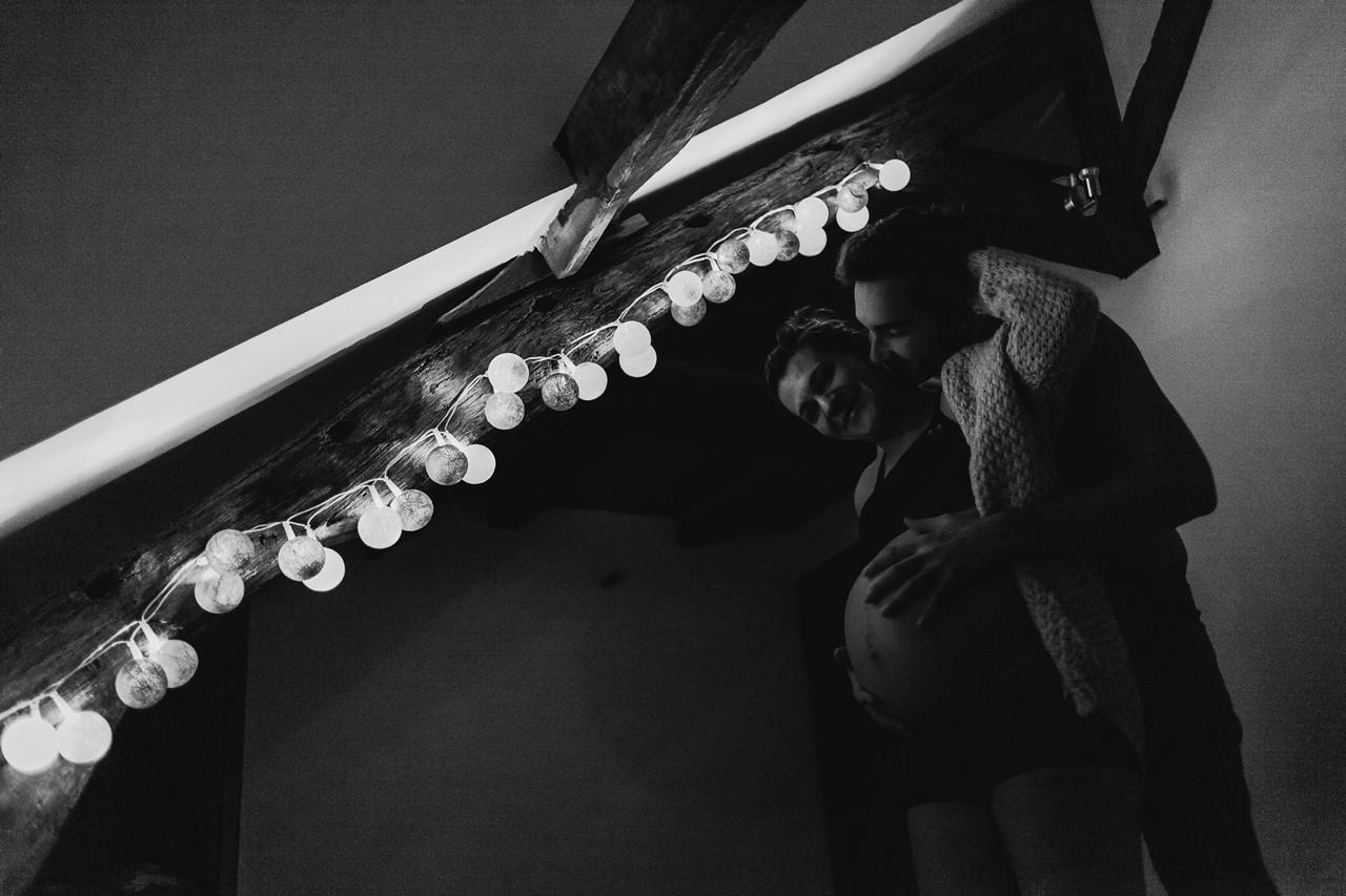 séance maternité intimiste maison chambre lumière noir et blanc