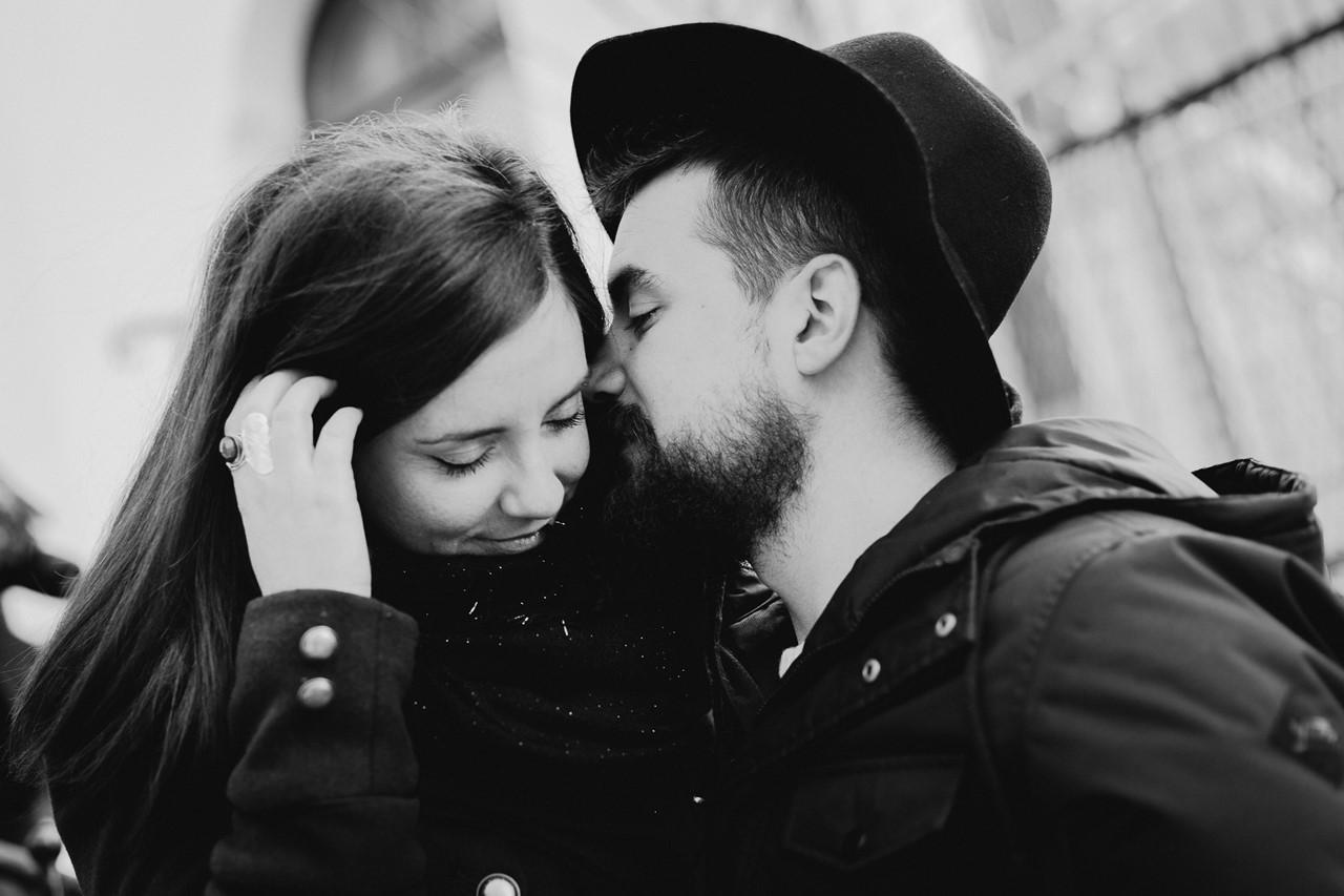 séance couple montmartre chuchotement noir et blanc