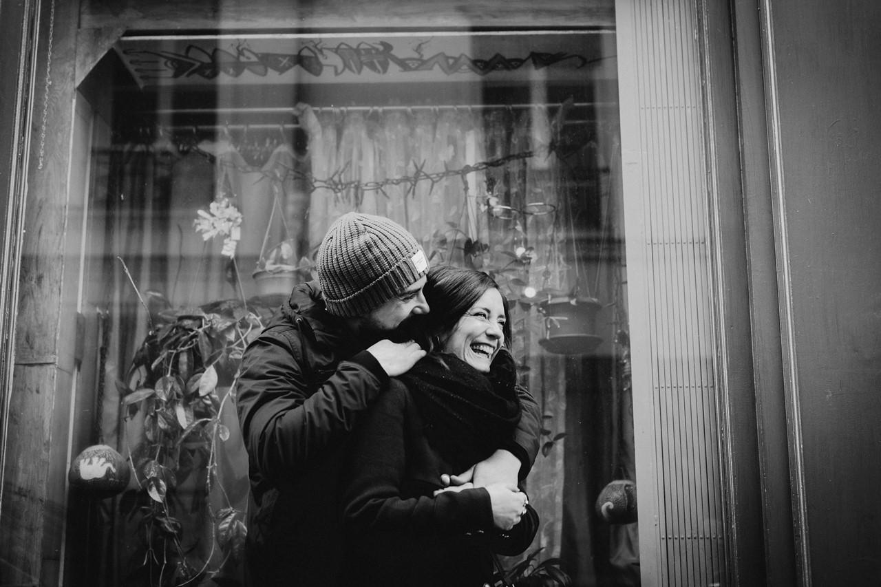 séance couple montmartre rires noir et blanc