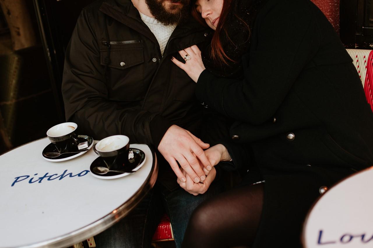 séance couple montmartre café mains