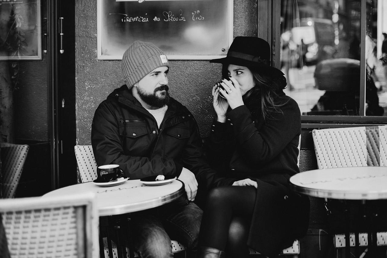 séance couple montmartre café noir et blanc