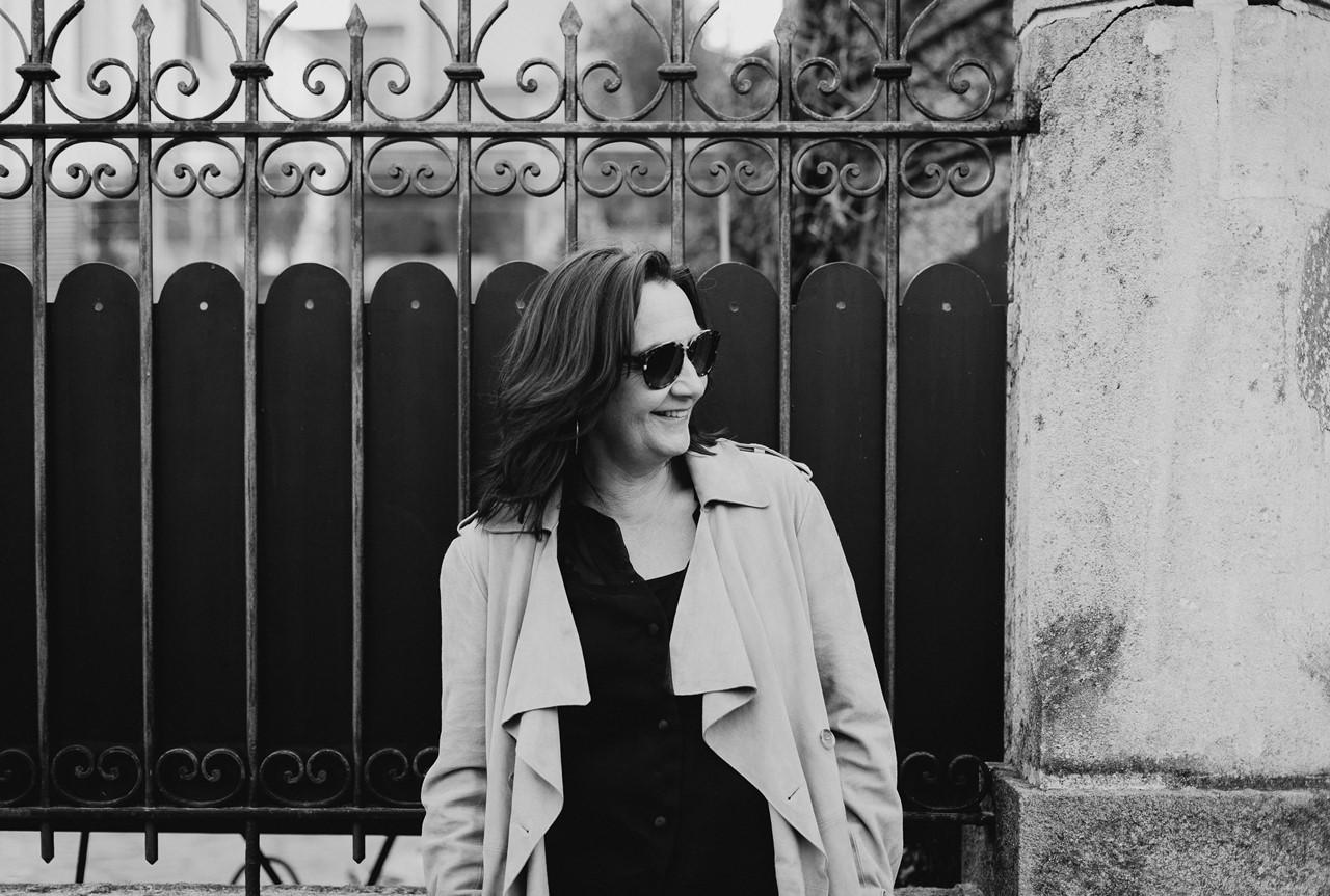 Portrait femme extérieur lifestyle rue noir et blanc