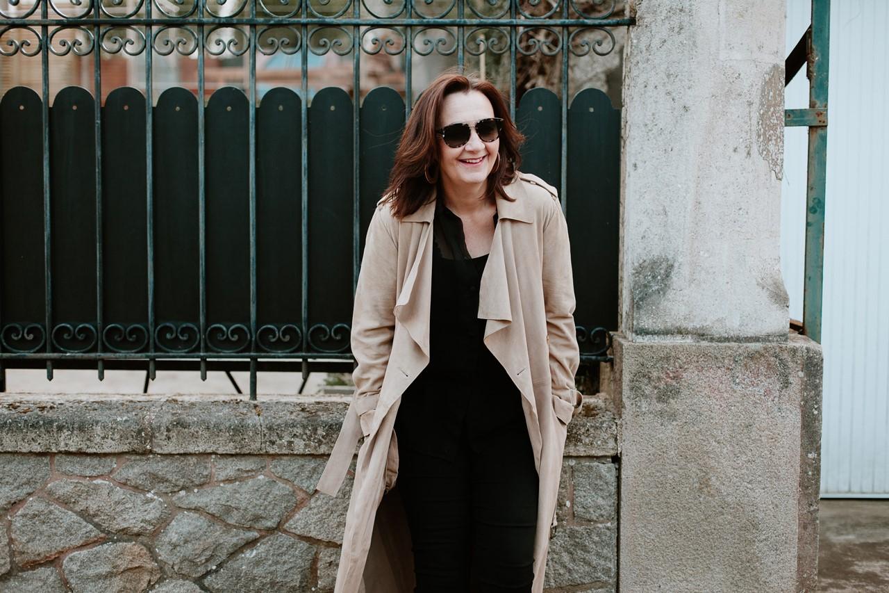 Portrait femme extérieur lifestyle rue sourire