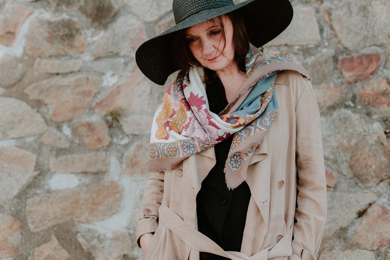 Portrait femme extérieur chapeau