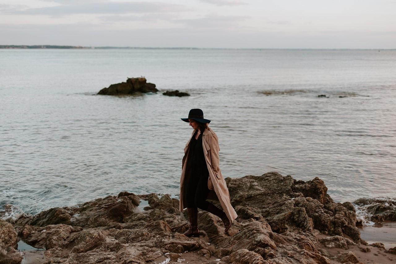 Portrait femme plage rochers mer