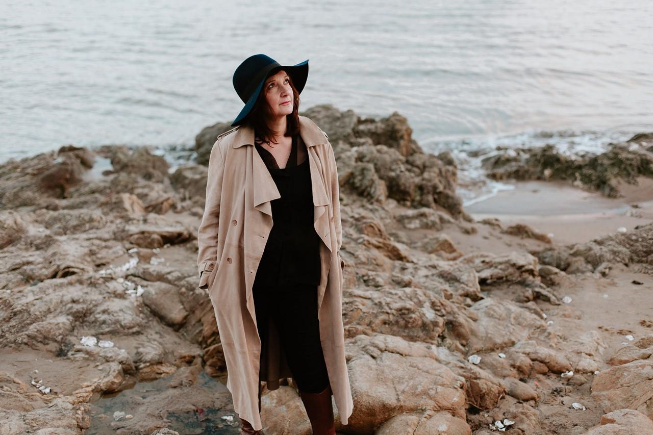 portrait femme lifestyle plage mer rochers