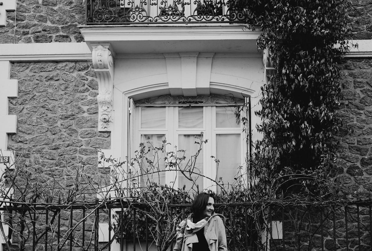 Portrait femme extérieur maison noir et blanc