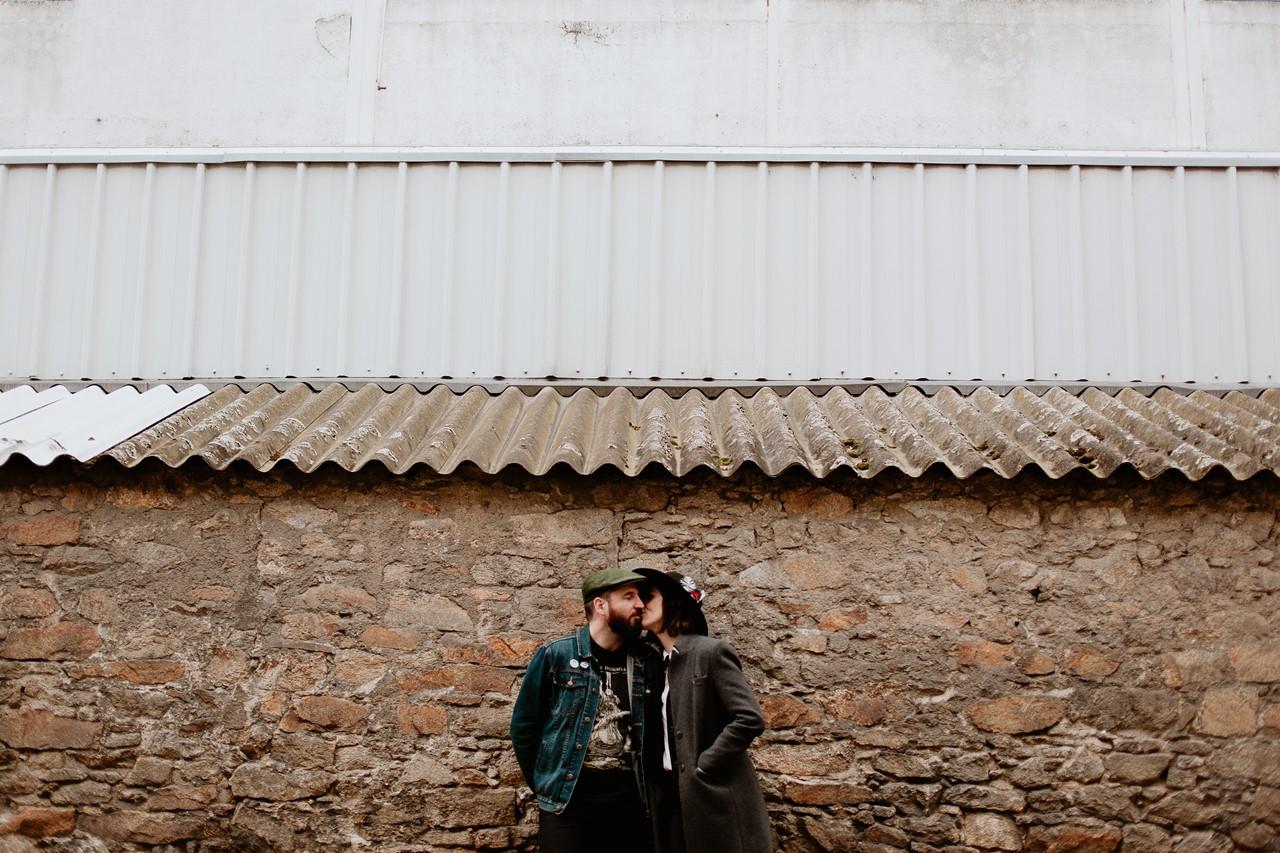 séance couple rock nantes photo urbaine mur pierre bisou