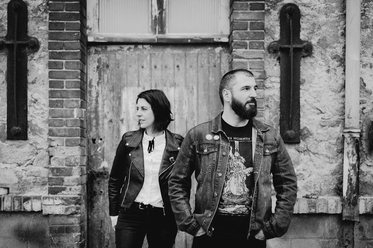 séance couple rock nantes portraits bâtiment désafecté noir et blanc