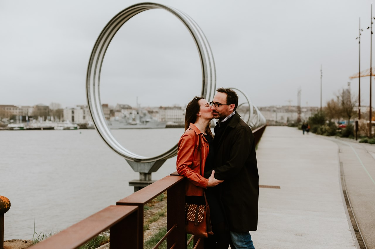 Séance engagement île Nantes bisou futurs mariés anneaux de buren