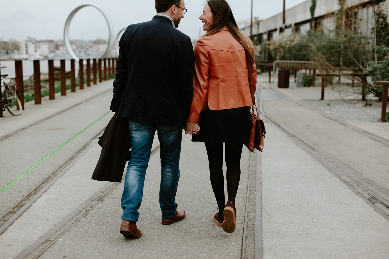 Séance engagement île Nantes futurs mariés marche de dos main dans la main