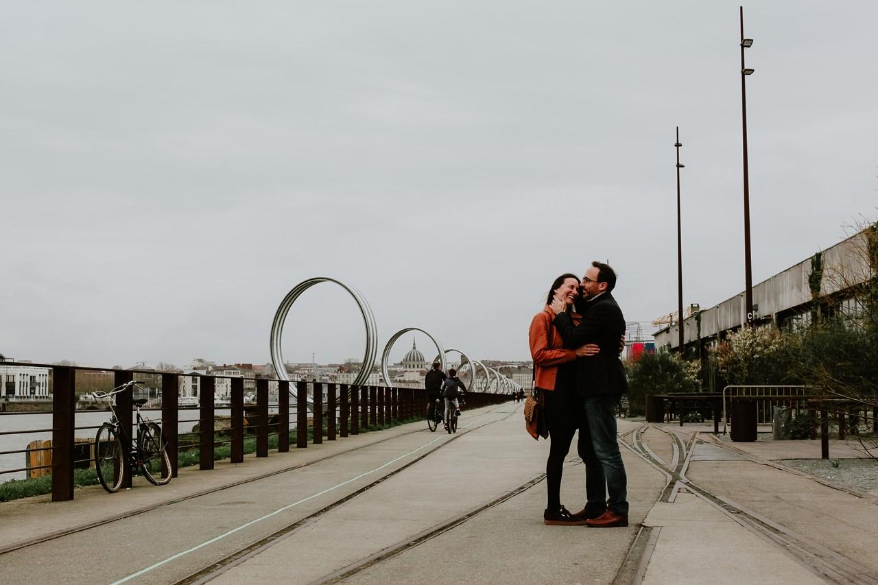 Séance engagement île Nantes futurs mariés anneaux de buren