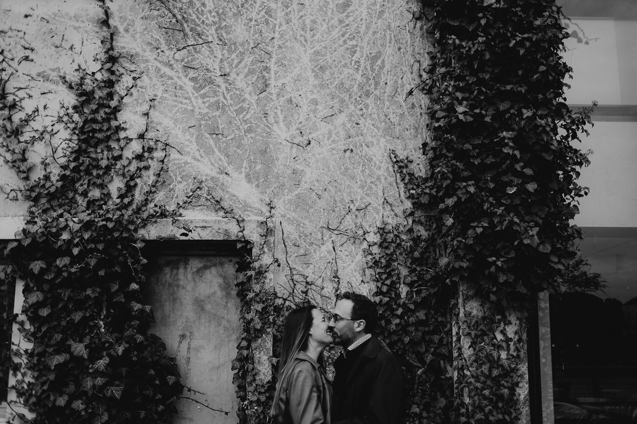 Séance engagement île Nantes bisou noir et blanc mur plantes