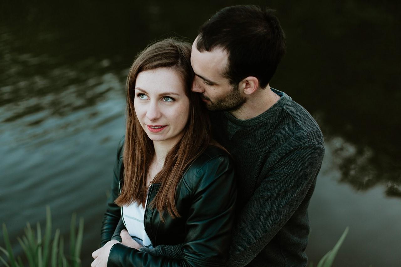 séance-engagement-couple-nature-nantes-riviere-calin