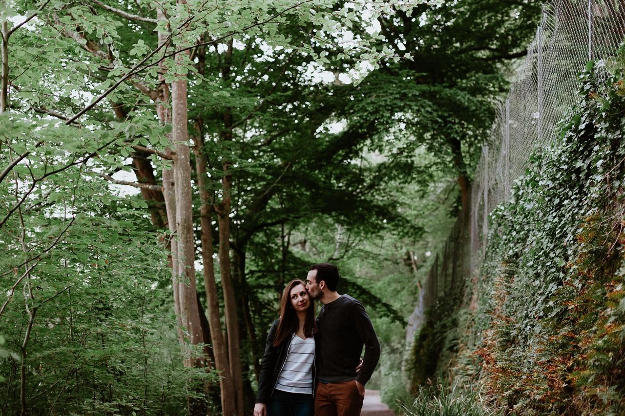 séance-engagement-couple-nature-chemin-arbres-bisou