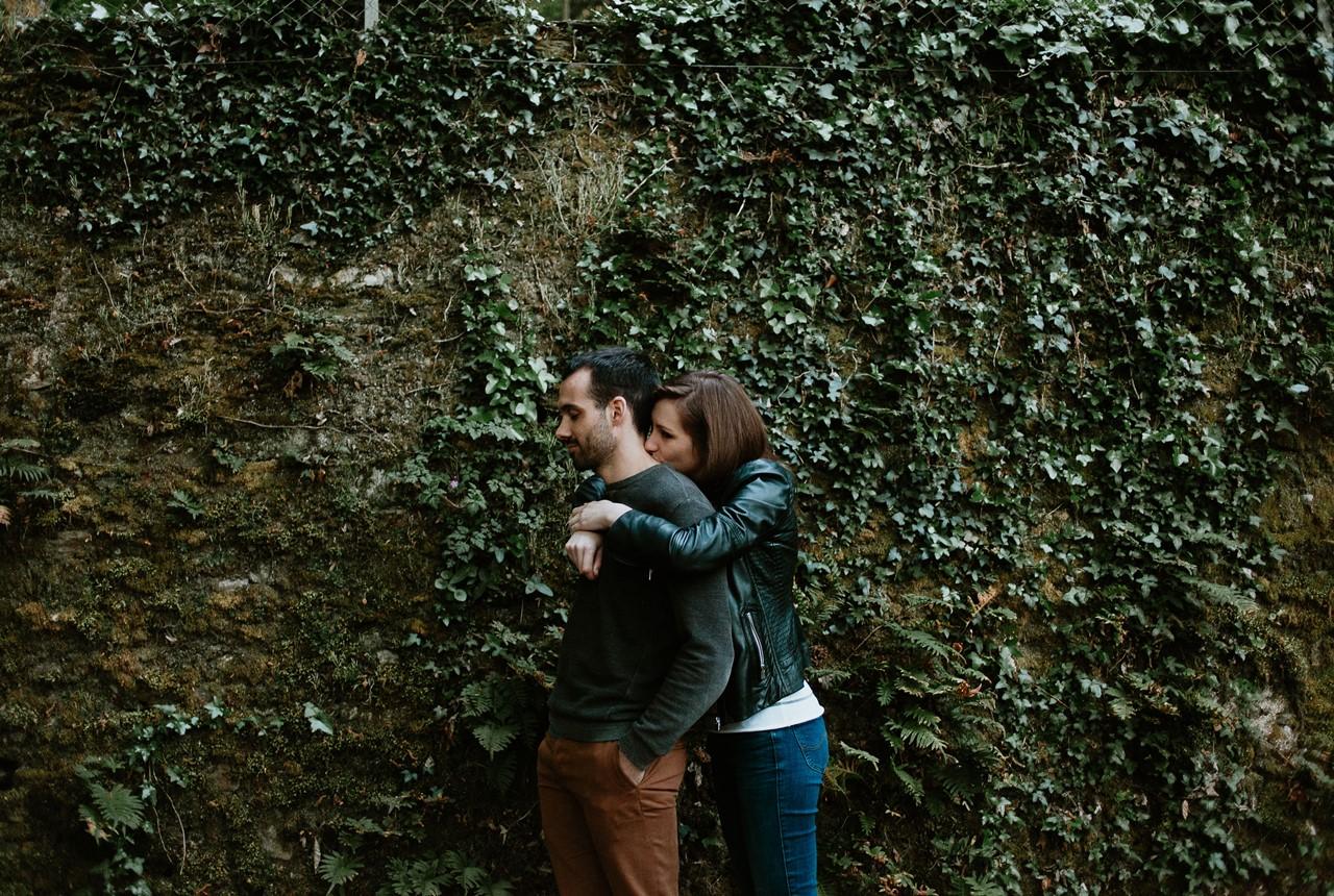 séance-engagement-couple-nature-calin-mur-végétal