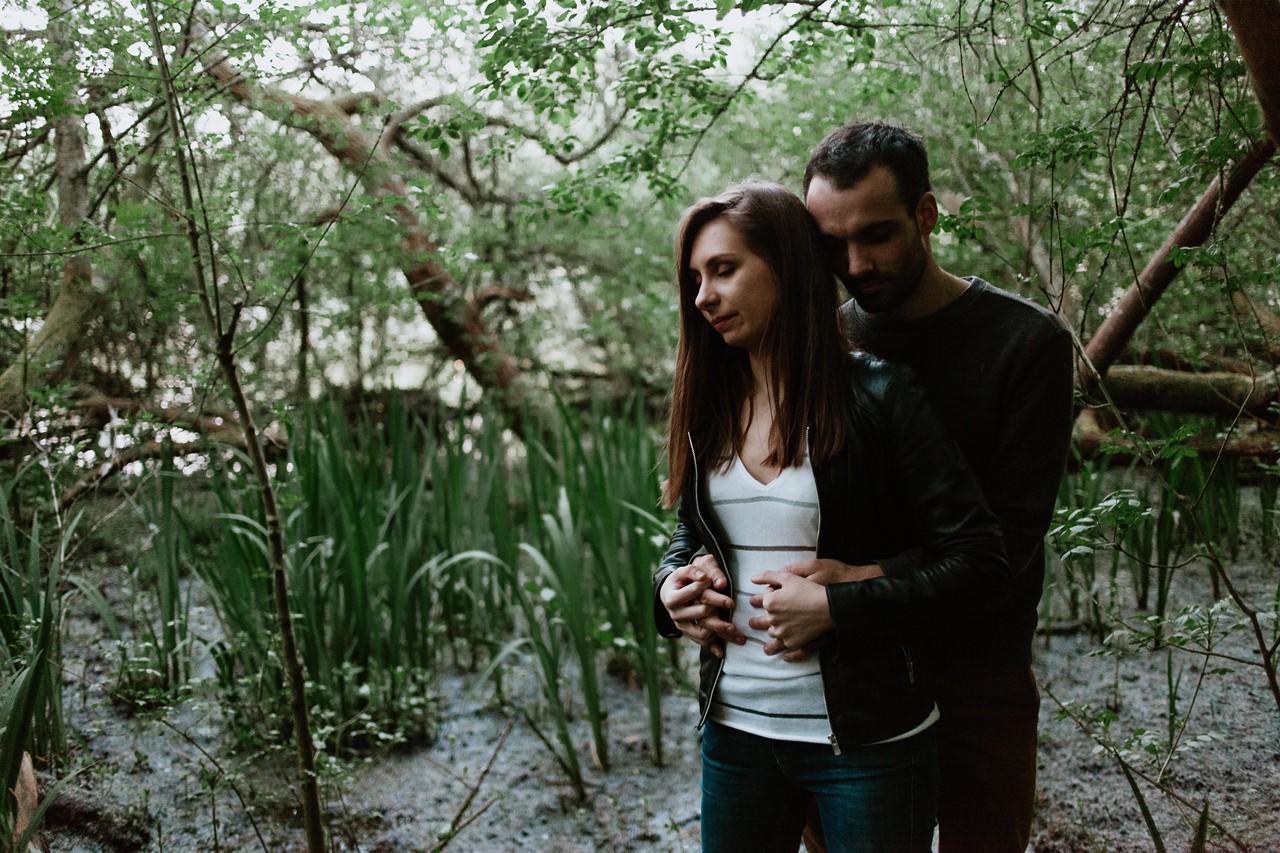 séance-engagement-couple-nature-marais-végétation-calin-amoureux