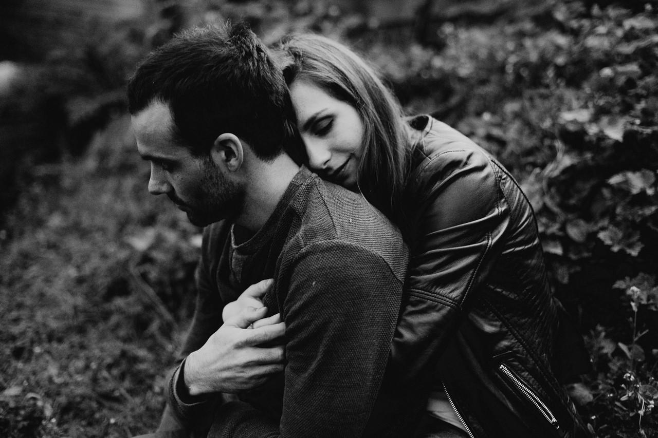 séance-engagement-couple-nature-nantes-pont-calin-bisou