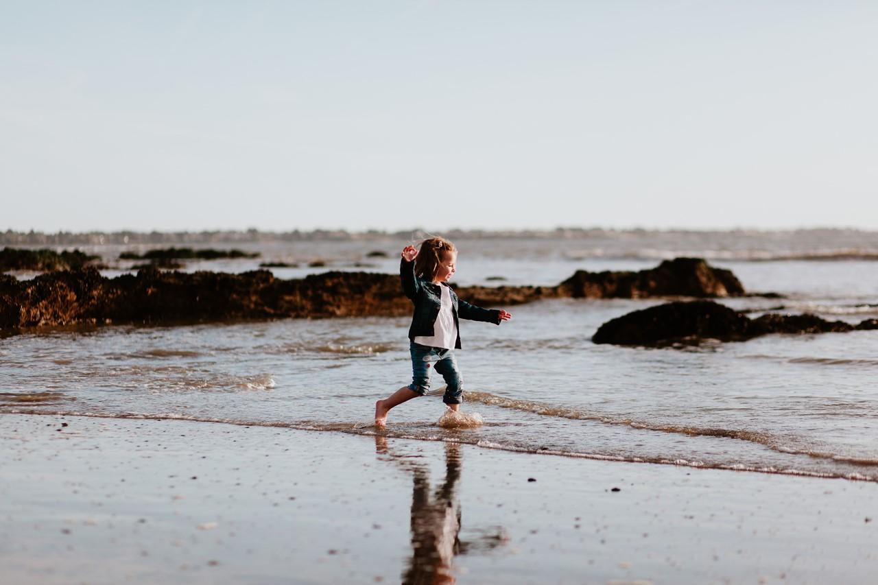 séance famille plage mer pornic enfant courir eau