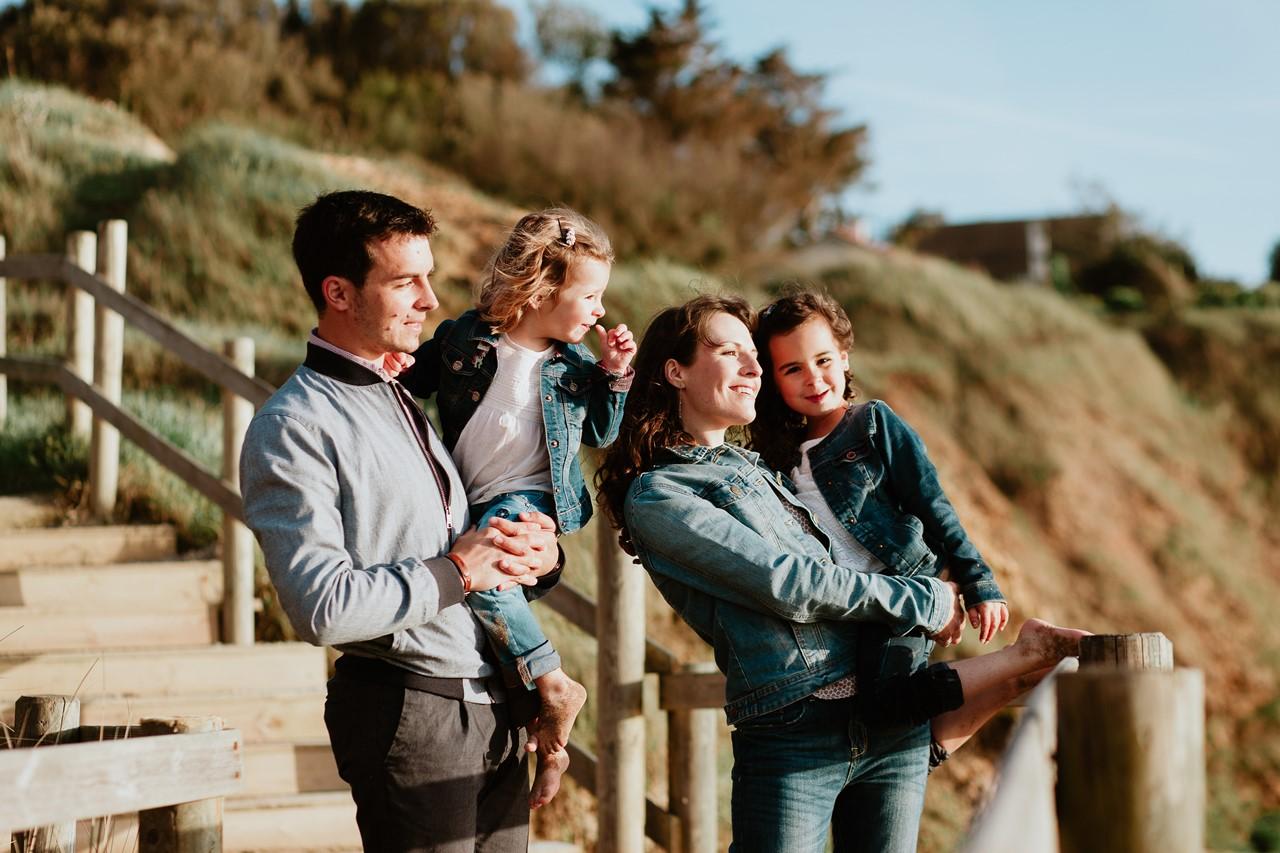 séance famille plage mer pornic portrait famille escalier bois