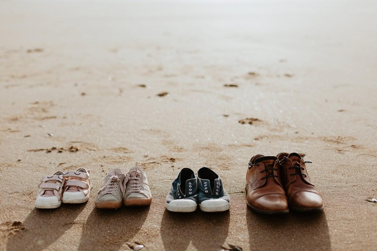 séance engagement plage mer pornic détails chaussures famille