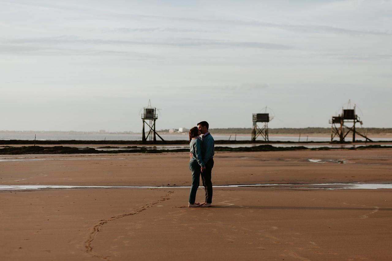 séance engagement plage mer pornic couple bisou marée basse