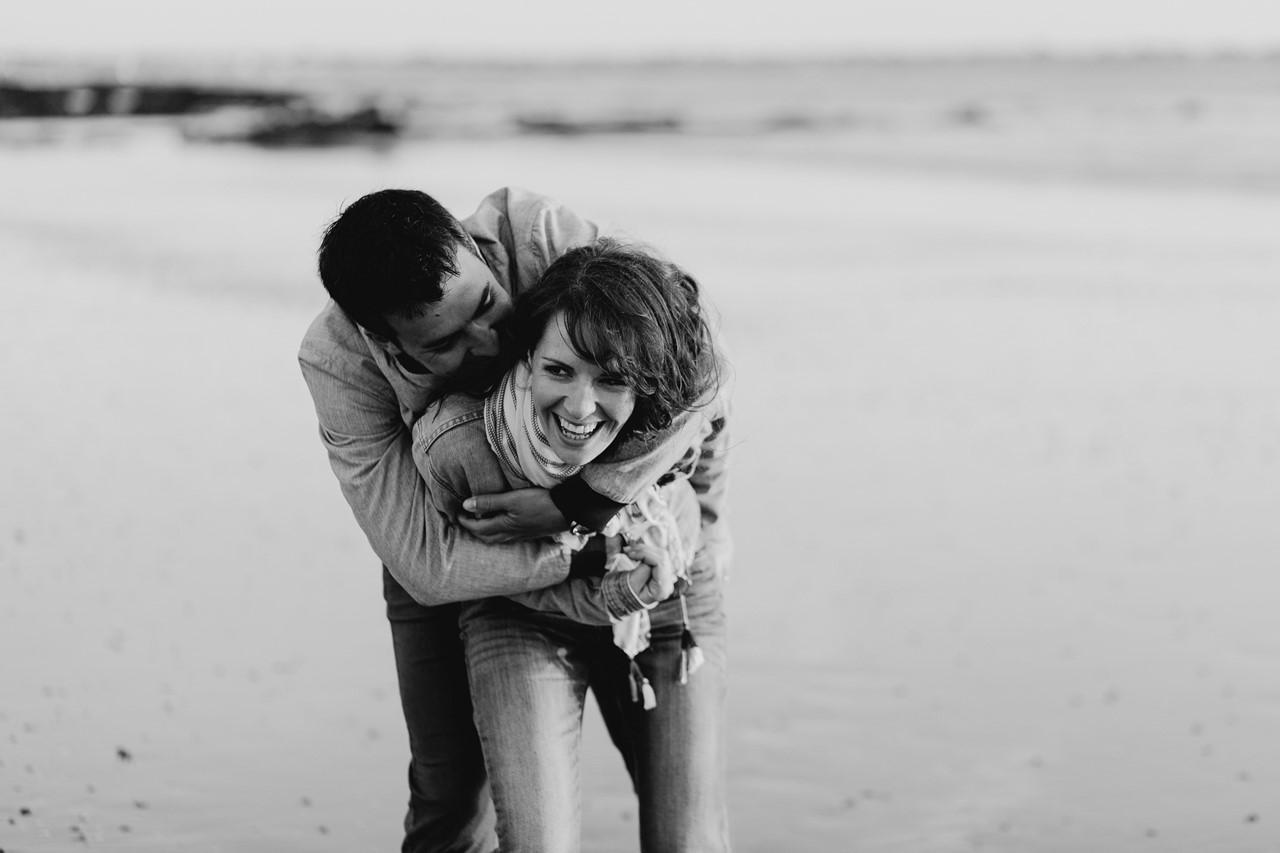 séance engagement plage mer pornic rires couple noir et blanc