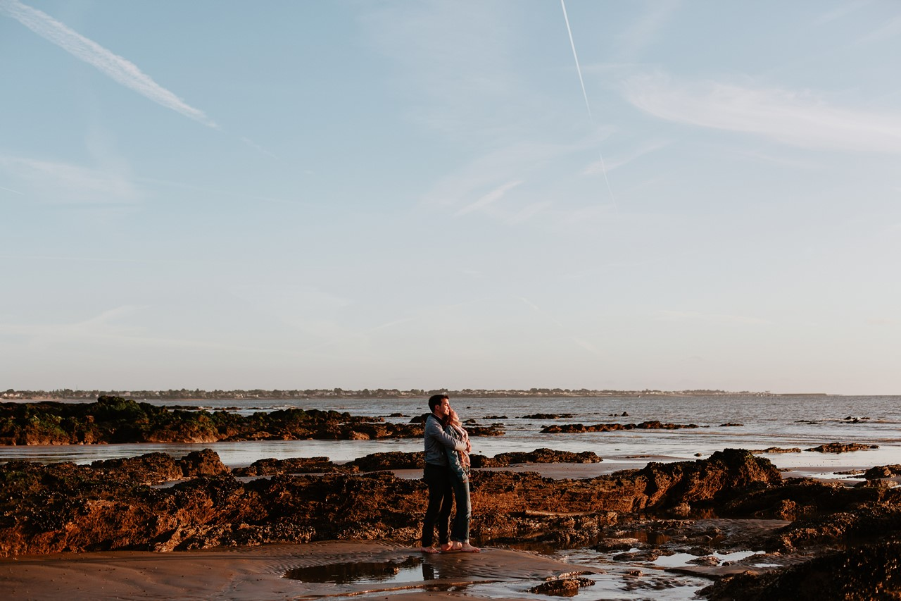 séance engagement plage mer pornic paysage couple rochers