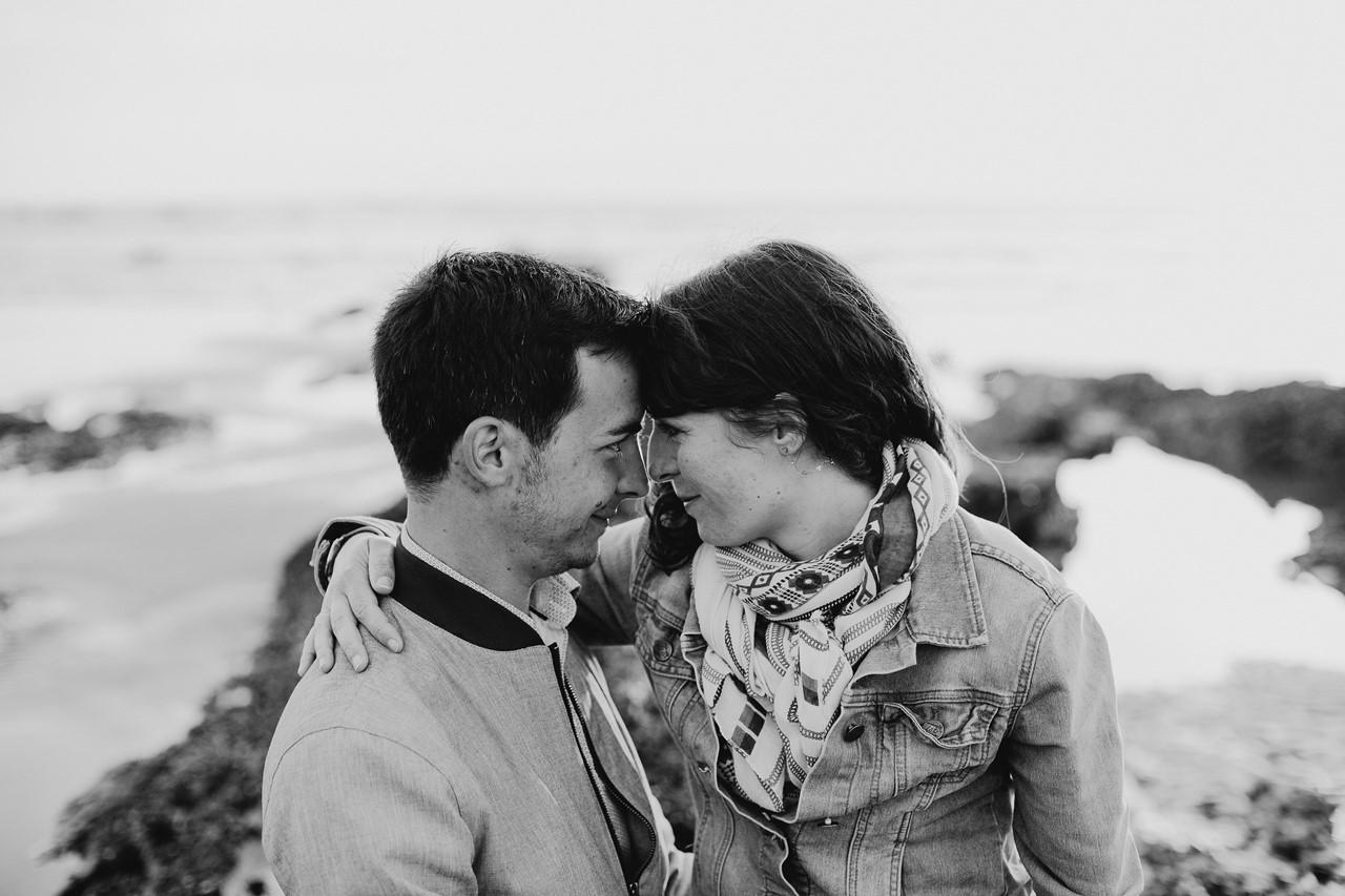 séance engagement plage mer pornic regards couple noir et blanc