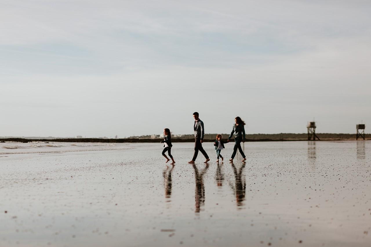 séance famille plage mer pornic marche famille pieds nus sable