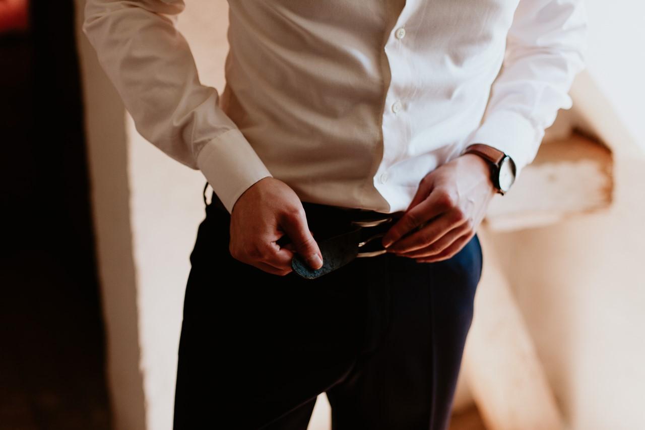 mariage angers château de la Cartrie préparation du marié ceinture