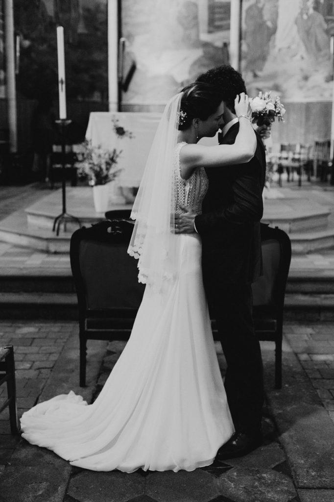 mariage angers église calin mariés noir et blanc