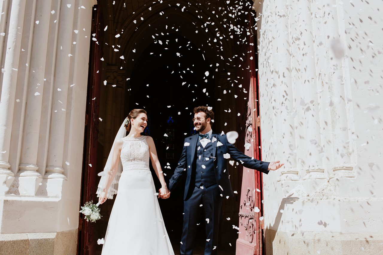 mariage angers chateau cartrie sortie eglise maries confettis