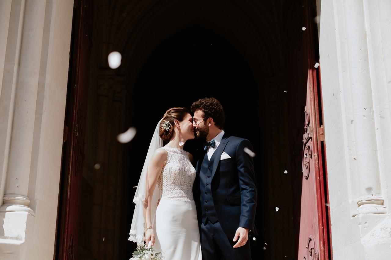 mariage angers sortie église mariés bisou