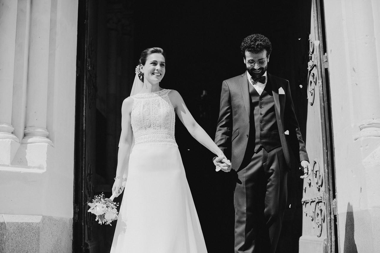 mariage angers sortie église mariés portrait noir et blanc