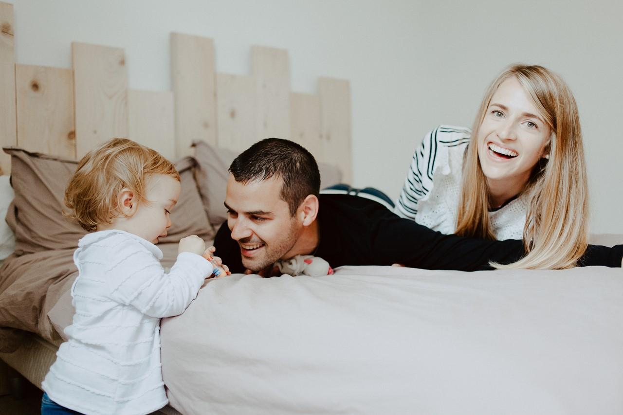 séance famille lifestyle maison jeu lit parents enfant