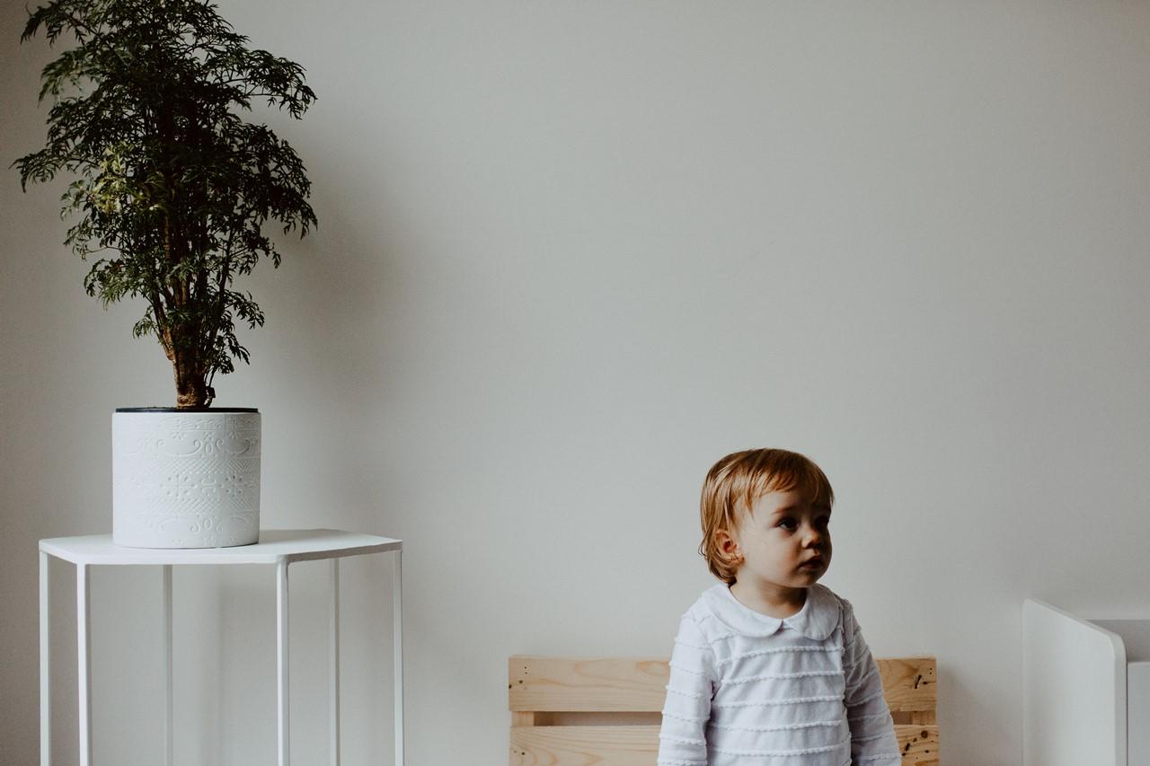 séance famille lifestyle maison portrait enfant plante