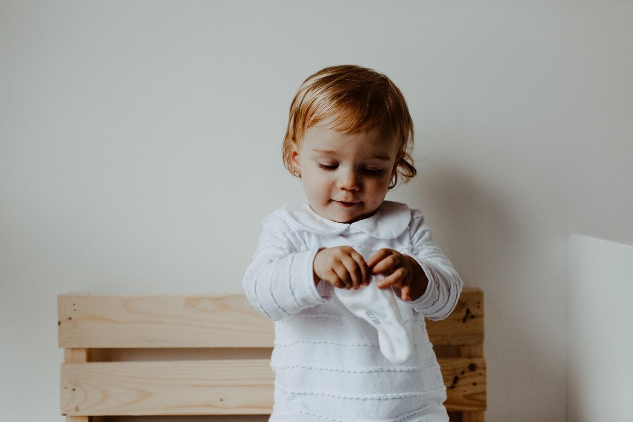 séance famille lifestyle maison portrait enfant chaussette