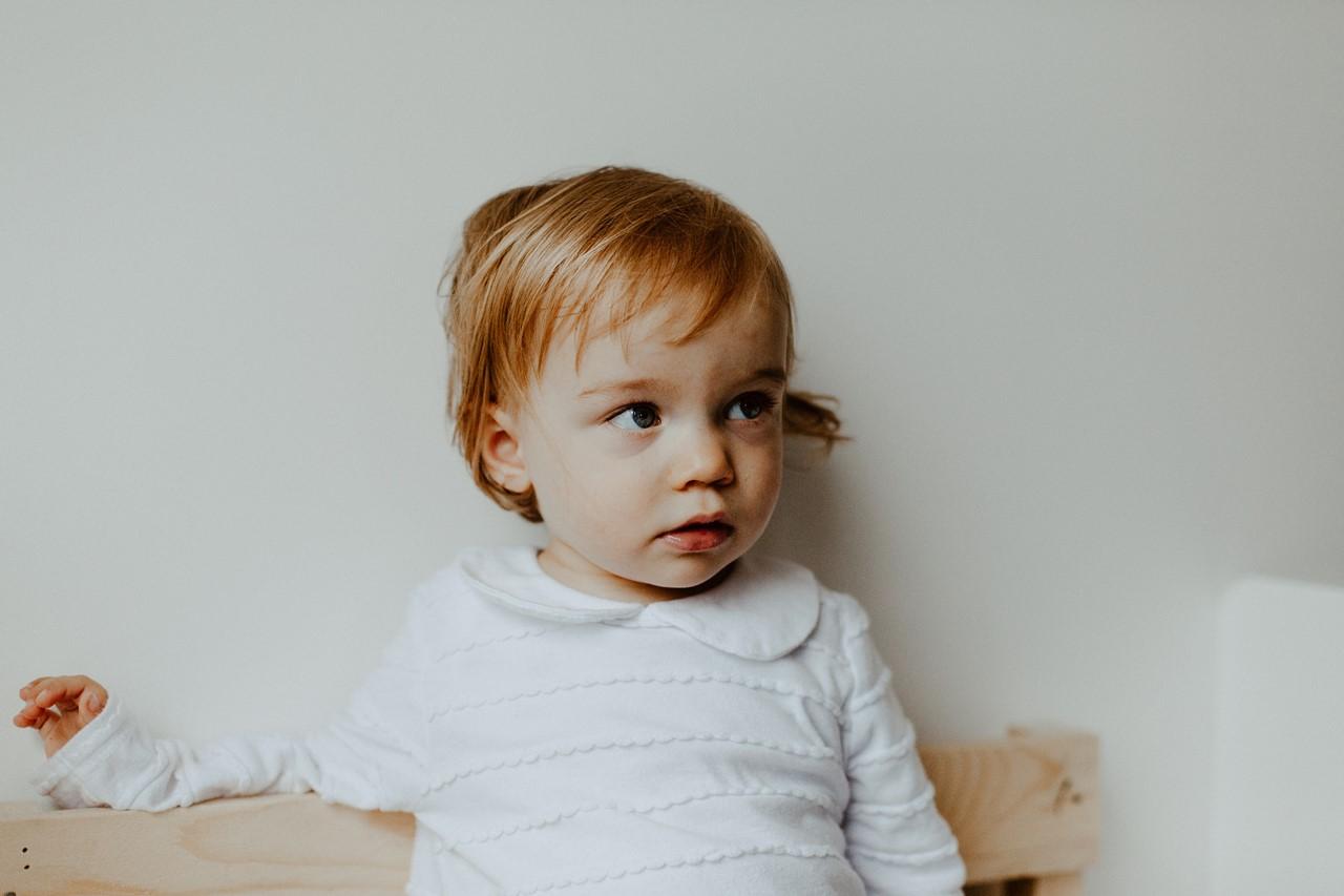 séance famille lifestyle maison portrait enfant petite fille cheveux blond