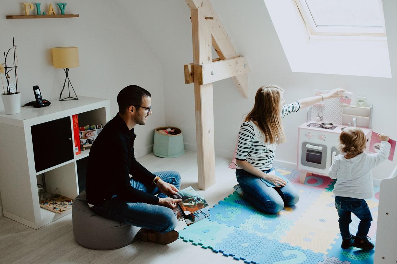 séance famille lifestyle maison jeu parents enfant