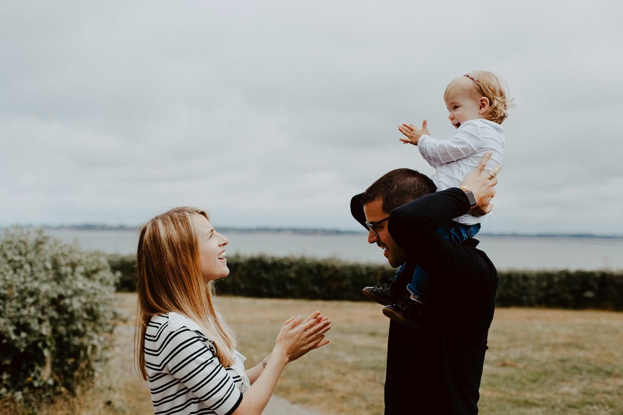 séance famille lifestyle mesquer balade parents enfant complicité