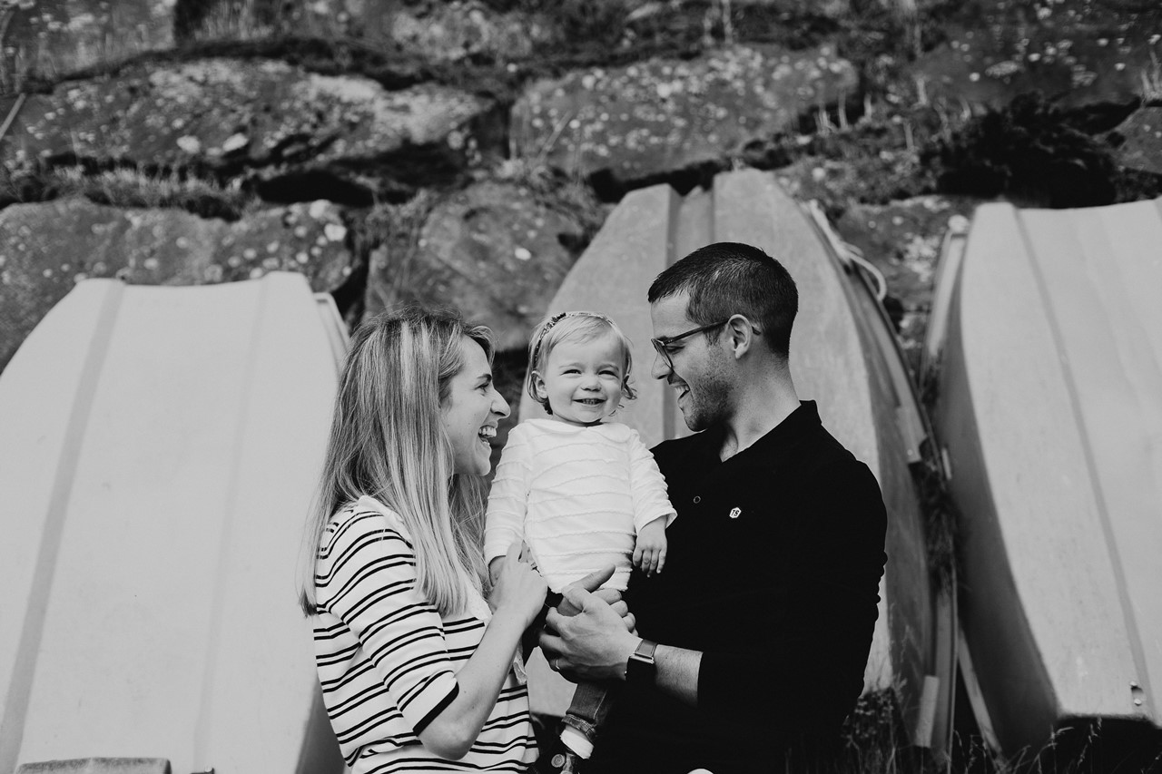 séance famille lifestyle mesquer balade portrait parents enfant rires noir et blanc